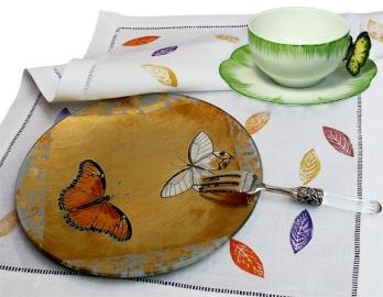 Assiette Découpage Papillon et Fourchette à Gateau Fidélio en Cristal, Tasse Papillon en Porcelaine et Set de Table Feuilles en Lin Imprimé