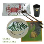 Plat Rectangle Crabe en Découpage sous verre, Goblet en Corne et métal doré, Baguettes Singe en Corne et Bois de Rose, Assiette Feuille et Set de Table Bananier en Chromo sur Bois.