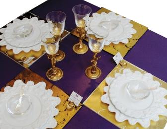 Table Dressée avec Assiettes Palmyres, Verre Serpent En Cristal et Métal Doré Set de Table en Bois Doré et Marques Place Coquille