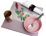 Table Dressée avec Set de Table en Découpage sur Bois, Plat en Verre Décoré, Faïence Multicolore et Verres Adam, Eve et le Serpent.